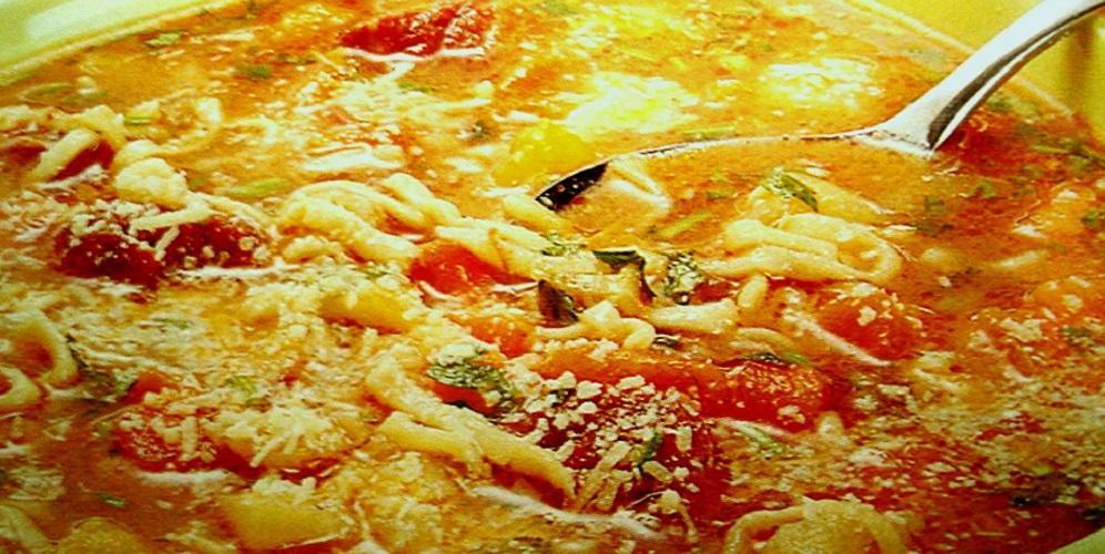 Sopa de macarrão, carne e legumes