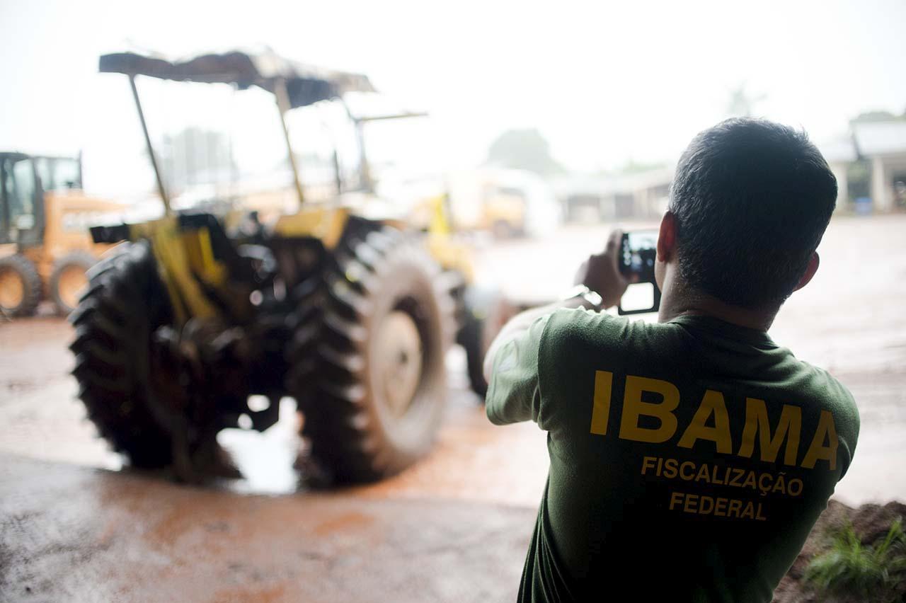 Juína, MT, Brasil: Tratores usados por madeireiros ilegais para extração de madeira da terra indígena Manoki. O maquinário apreendido pelo IBAMA será doado para a prefeitura de Juína. (Foto: Marcelo Camargo/Agência Brasil)