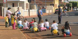 Atividades lúdicas levam orientação sobre trânsito  a escolas de Pitangueiras e Ibitiúva
