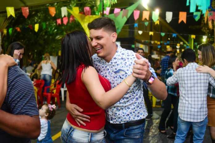 Casal Dançando no Arraiá Voluntários do Sertão